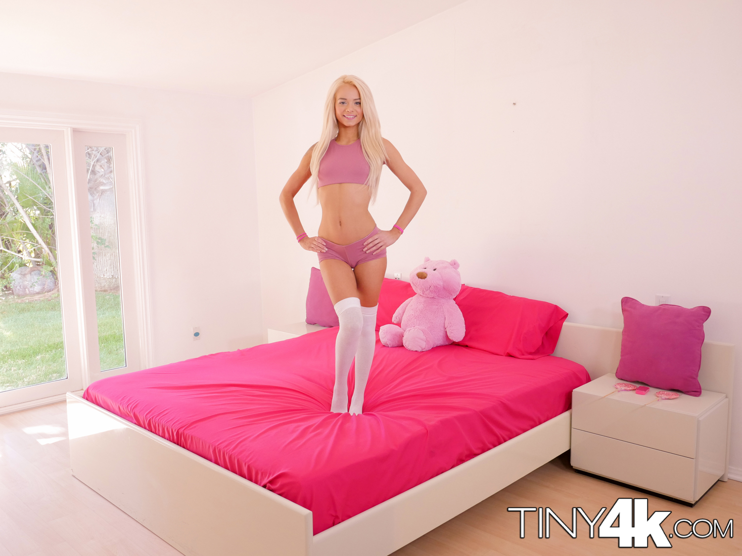 Elsa jean – tiny teen sneaks in boyfriend